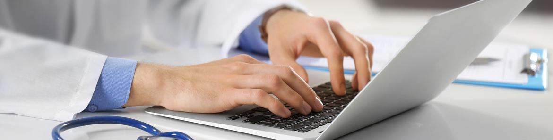 die-praxis-banner-kontaktaufnahme-am-laptop-facharztpraxis-fur-bauch-und-enddarmchirurgie-berlin-mitte-1